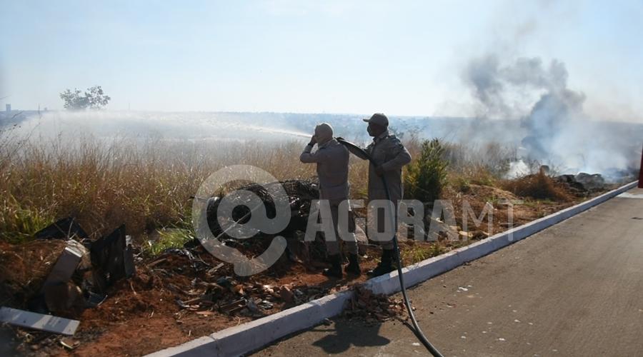 Imagem: Bombeiros trabalhando no combate ao fogo Vegetação seca pega fogo e fumaça cobre Rondonópolis
