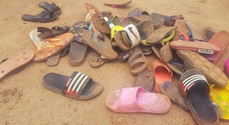 Imagem: CHINELOS DE ESTUDANTES Cerca de 140 estudantes foram sequestrados por homens armados na Nigéria