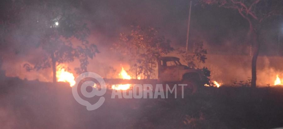 Imagem: Caminhao que estava no patio da olaria toalmente queimado Corpo de Bombeiros é acionado para conter incêndio de grandes proporções