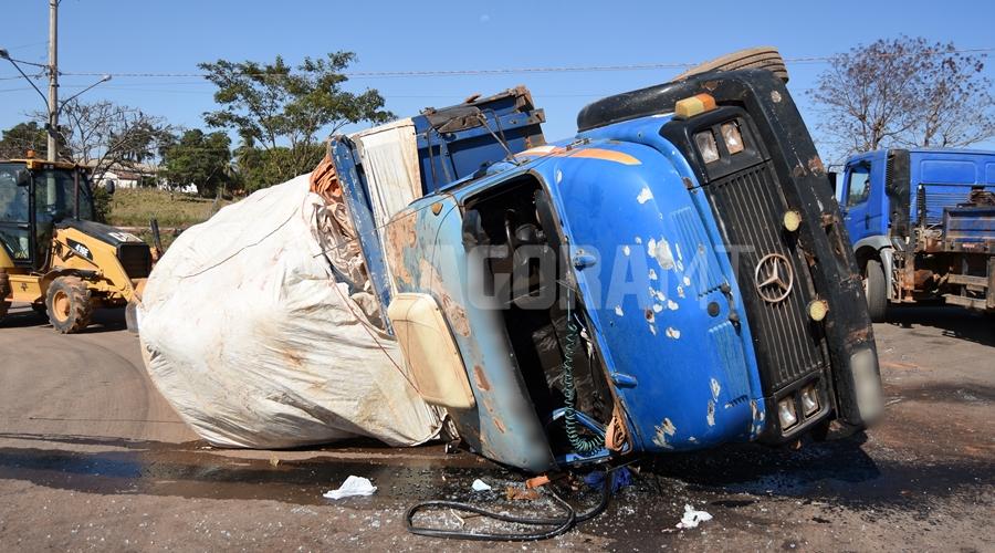 Imagem: Caminhao tombado e vitima presa Mulher fica presa embaixo de caminhão tombado em Rondonópolis