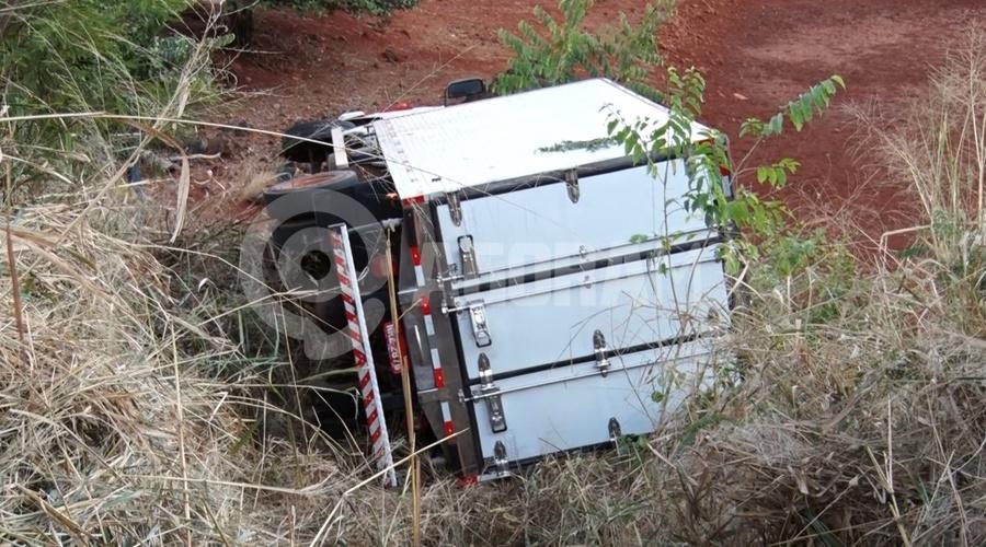 Imagem: Caminhao tombado Carreta e caminhão baú perdem o freio e tombam em Serra