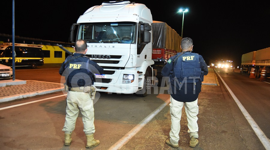 Imagem: Carreta onde era transportado o entorpecente PRF tira de circulação quase meia tonelada de cocaína e dupla é presa