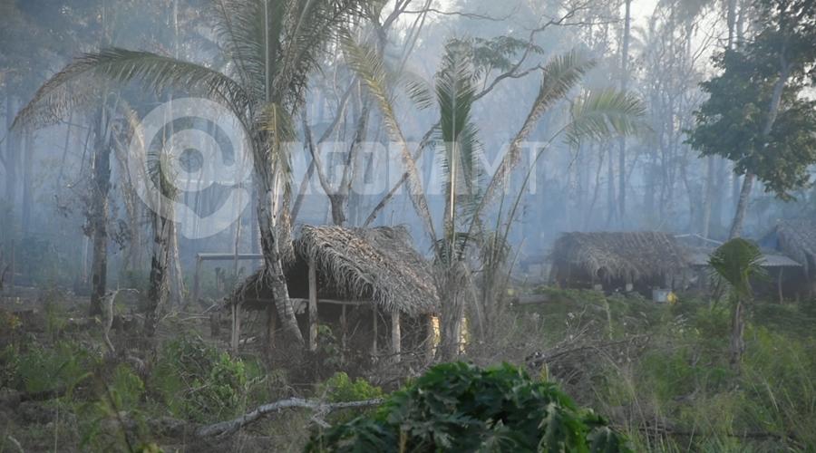Imagem: Casas dos indios cobertas por fumaca Incêndio atinge aldeia e fogo é controlado com ajuda dos índios