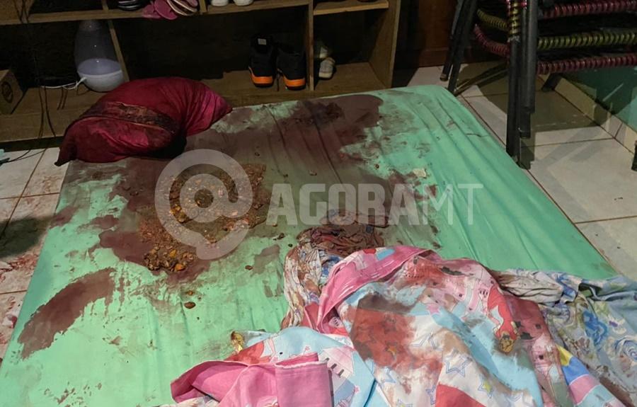 Imagem: Colchao ficou ensaguentado Homem fica em estado grave após ser atingido por diversas facadas na cabeça
