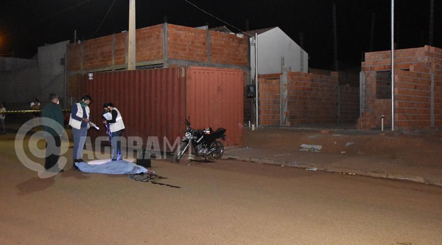 Imagem: Colisao com vitima fatal no bairro Parque Universitario Jovem morre na hora ao bater moto em contêiner