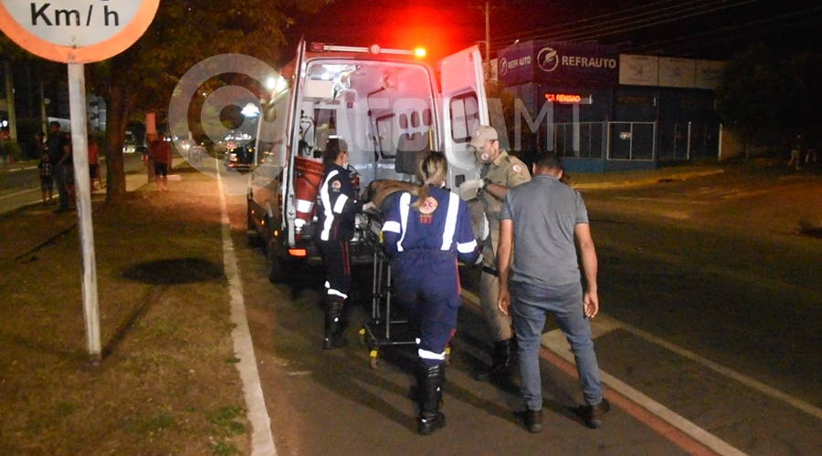 Imagem: Condutor da caminhonete Ranger sendo socorrido Motorista invade preferencial e bate em caminhonete