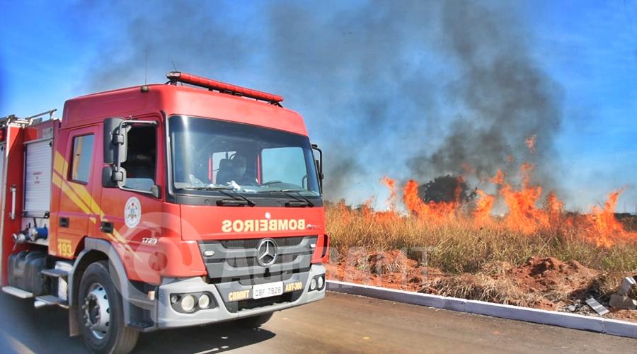 Imagem: Corpo de Bombeiros trabalhando no combate as chamas Vegetação seca pega fogo e fumaça cobre Rondonópolis