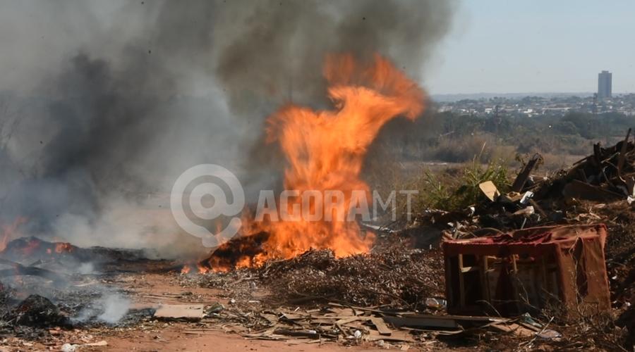 Imagem: Fogo em lixo e na vegetacao Vegetação seca pega fogo e fumaça cobre Rondonópolis