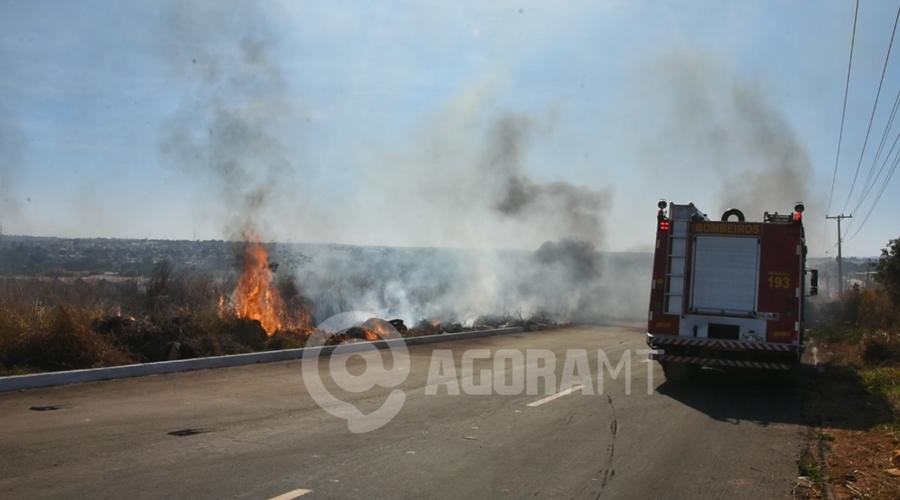 Imagem: Incendio de grandes proporcoes as margens do Anel Viario Vegetação seca pega fogo e fumaça cobre Rondonópolis