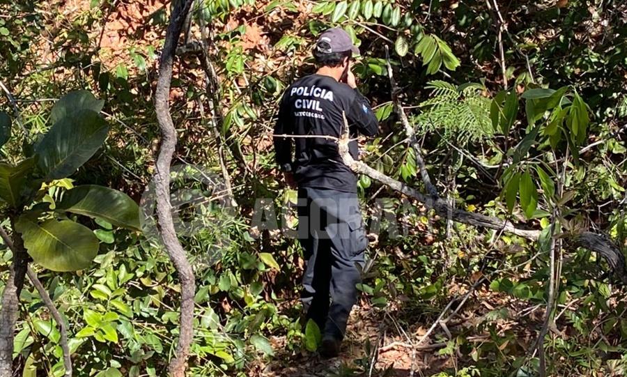 Imagem: Investigador proximo do local em que o corpo foi encontrado Crueldade   Corpo de mulher é encontrado enterrado com as mãos amarradas