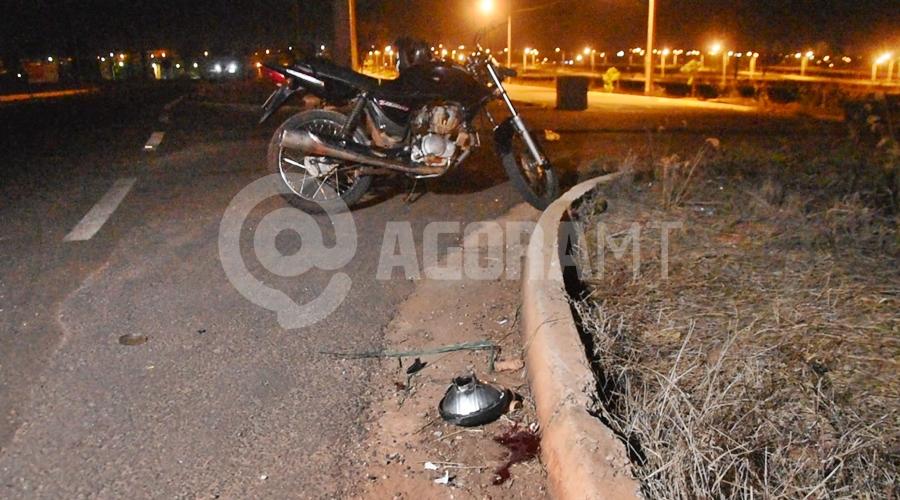Imagem: Local onde o motociclista ficou caido Motociclista fica em estado gravíssimo após cair em rotatória