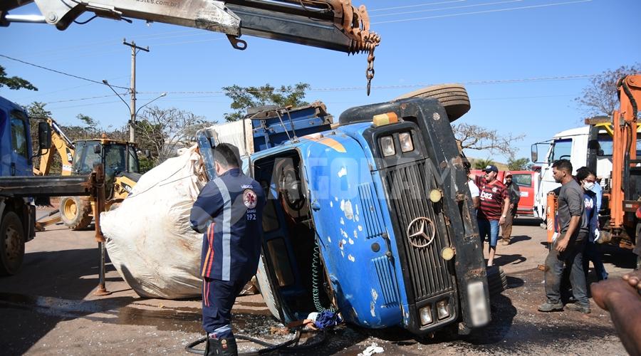 Imagem: Medico chegando vitima Mulher fica presa embaixo de caminhão tombado em Rondonópolis