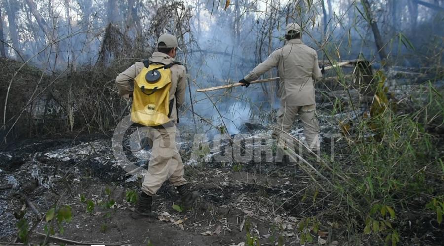 Imagem: Militares no combate as chamas Incêndio atinge aldeia e fogo é controlado com ajuda dos índios