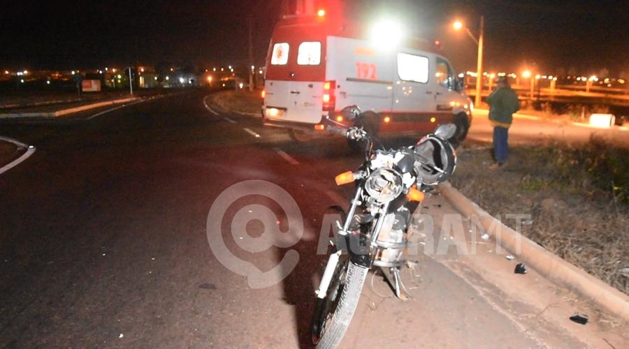 Imagem: Momento que a vitima era socorrida Motociclista fica em estado gravíssimo após cair em rotatória