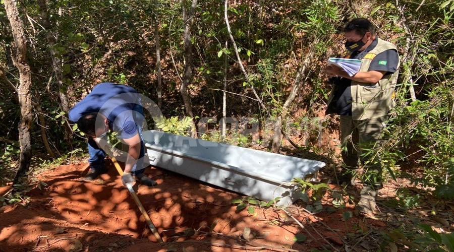 Imagem: Momento que o corpo comeca a ser desenterrado Crueldade   Corpo de mulher é encontrado enterrado com as mãos amarradas