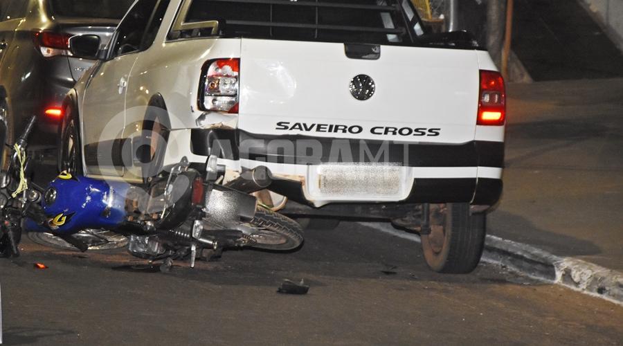 Imagem: Moto ao solo apos colisao em Saveiro estacionada Motociclista tem fratura exposta ao se envolver em acidente na Avenida Brasil