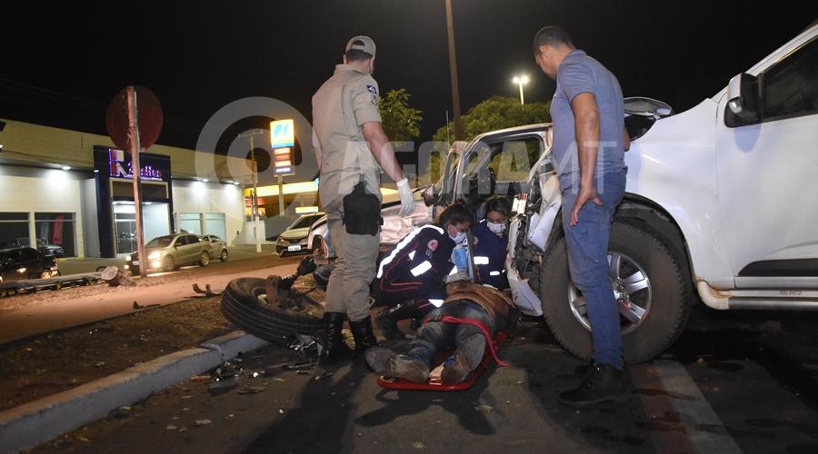 Imagem: Motorista da Ranger recebendo atendimento do Samu Motorista invade preferencial e bate em caminhonete