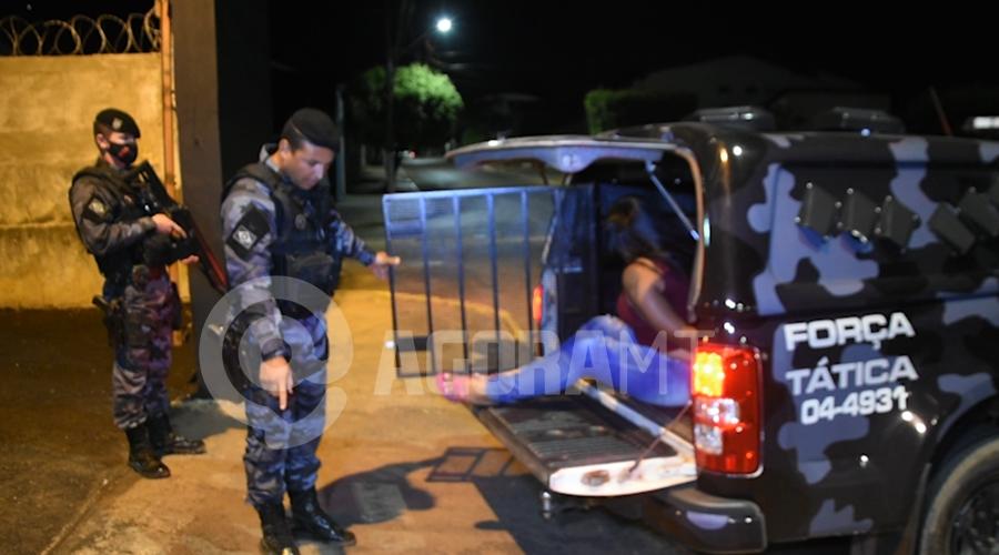 Imagem: Mulher presa por suspeita de trafico de drogas Mulher tenta se esconder e é presa com droga na mochila
