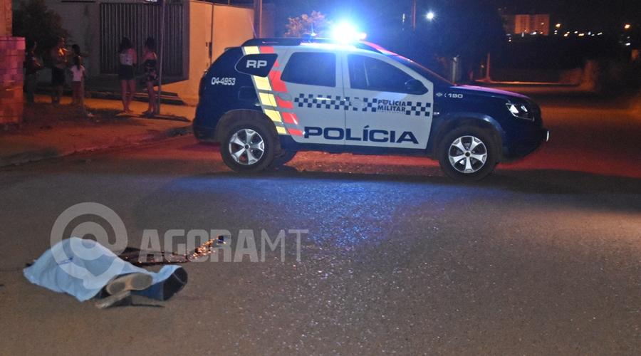 Imagem: Policia Militar fazendo o isolamento do local Jovem morre na hora ao bater moto em contêiner