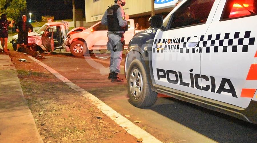 Imagem: Policia Militar no local do acidente Motorista invade preferencial e bate em caminhonete