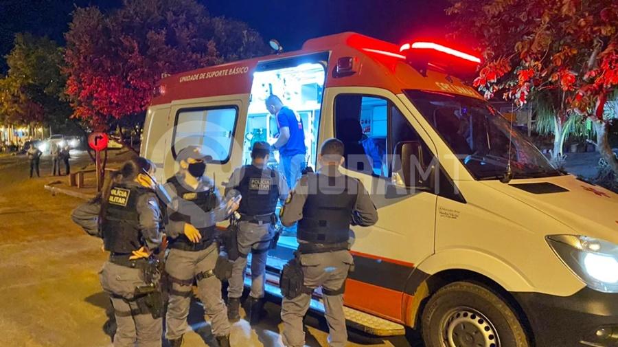 Imagem: Policia e Samu no local Ferido após tiro, jovem corre e pede socorro em residência