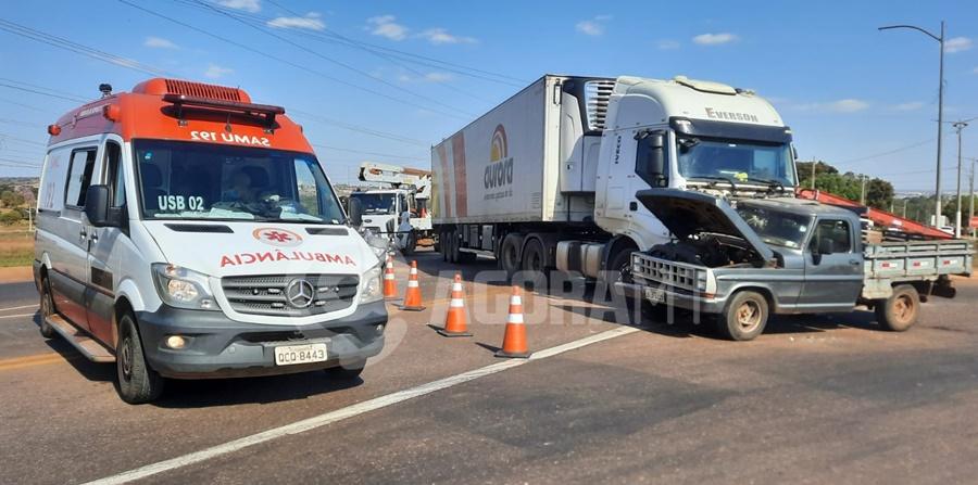 Imagem: Samu no local do acidente 2 Acidente entre carreta e caminhonete deixa idoso ferido no Jardim das Flores