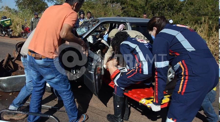 Imagem: Samu tirando vitima de acidente no anel viario URGENTE | Mulher morre após carro bater em carreta no anel viário