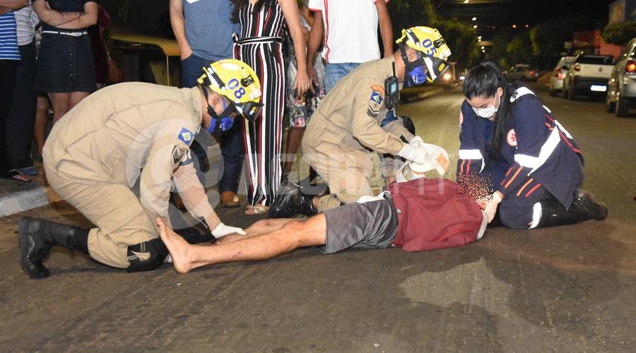 Imagem: Socorristas prestando os primeiros socorros ao motociclista Motociclista tem fratura exposta ao se envolver em acidente na Avenida Brasil