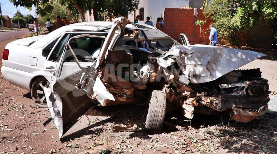 Imagem: Veiculo Santana totalmente destruido Em alta velocidade, motorista perde o controle da direção e bate em árvore