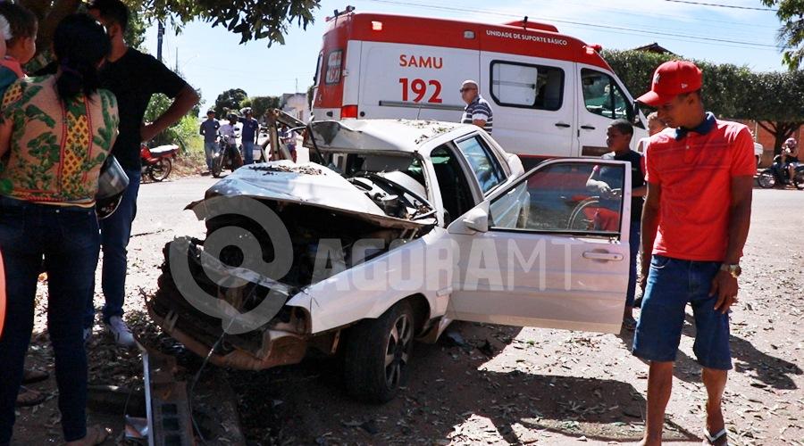 Imagem: Veiculo destruido apos colisao Em alta velocidade, motorista perde o controle da direção e bate em árvore