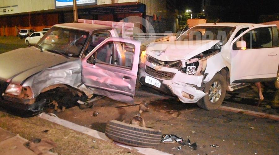 Imagem: Veiculos envolvidos no acidente 2 Motorista invade preferencial e bate em caminhonete