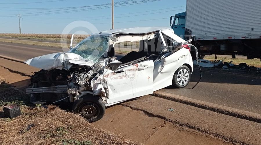 Imagem: Veiculos envolvidos no acidente Motorista morre preso às ferragens em acidente durante a madrugada