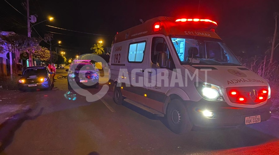 Imagem: Viaturas do Samu e PM em frente ao local do crime Jovem é executado com nove tiros no Jardim Europa
