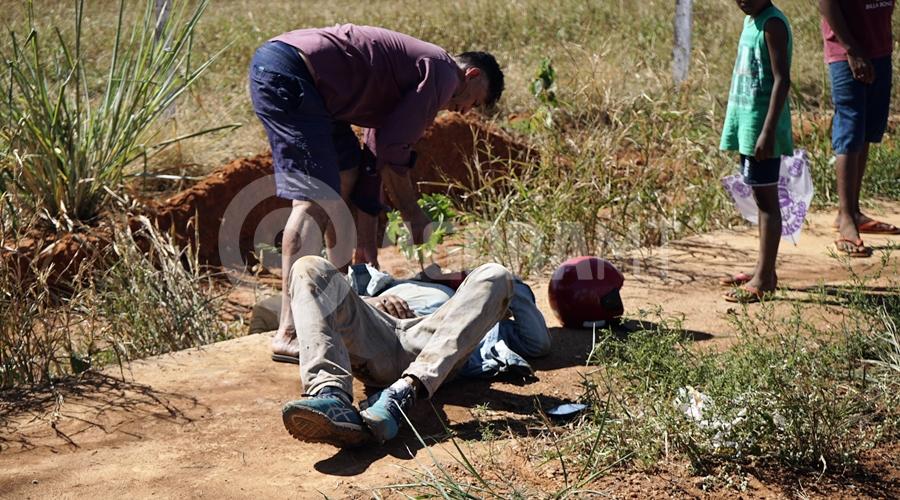 Imagem: Vitima de acidente aguardando a chegada do samu no Alfredo de Castro Após ser 'fechado', motociclista perde controle e bate a cabeça