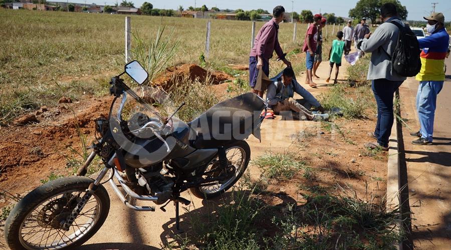Imagem: Vitima de acidente aguardando a chegada do samu no Alfredo de Castro Roo Após ser 'fechado', motociclista perde controle e bate a cabeça