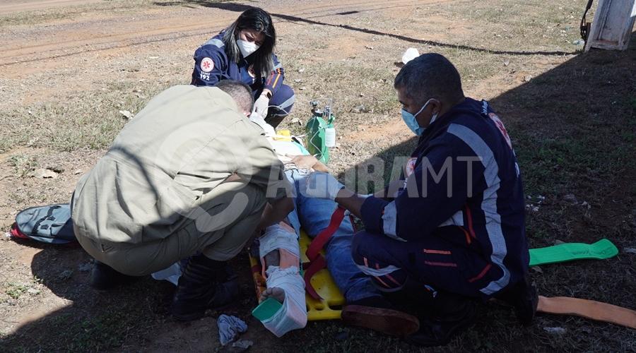 Imagem: Vitima de acidente recebendo atendimento do samu Motociclista tem fratura exposta após sofrer acidente na MT 270