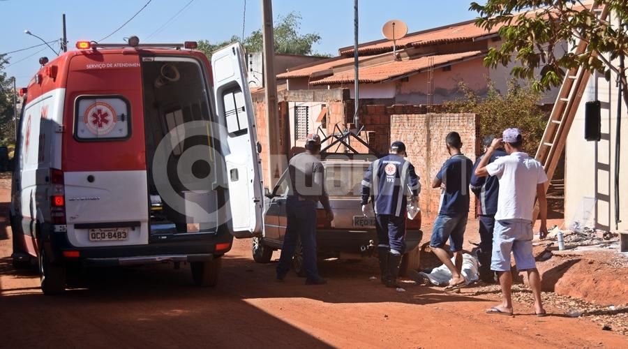 Imagem: Vitima de acidente sendo socorrido pelo samu no Bairro Maria Vetorasso Trabalhador cai de escada e fica ferido ao tentar arrumar padrão