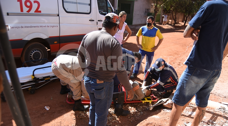 Imagem: Vitima de acidente sendo socorrido pelo samu Trabalhador cai de escada e fica ferido ao tentar arrumar padrão