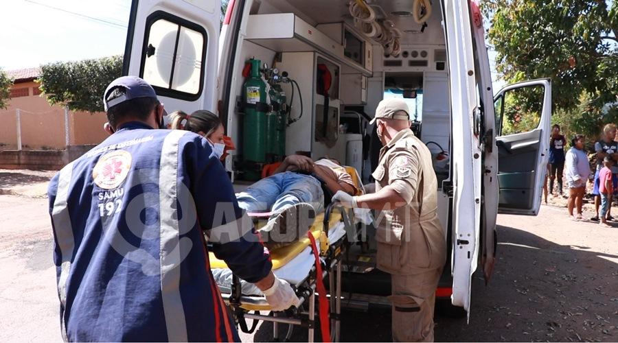 Imagem: Vitima do acidente sendo socorrida pelo Samu Em alta velocidade, motorista perde o controle da direção e bate em árvore