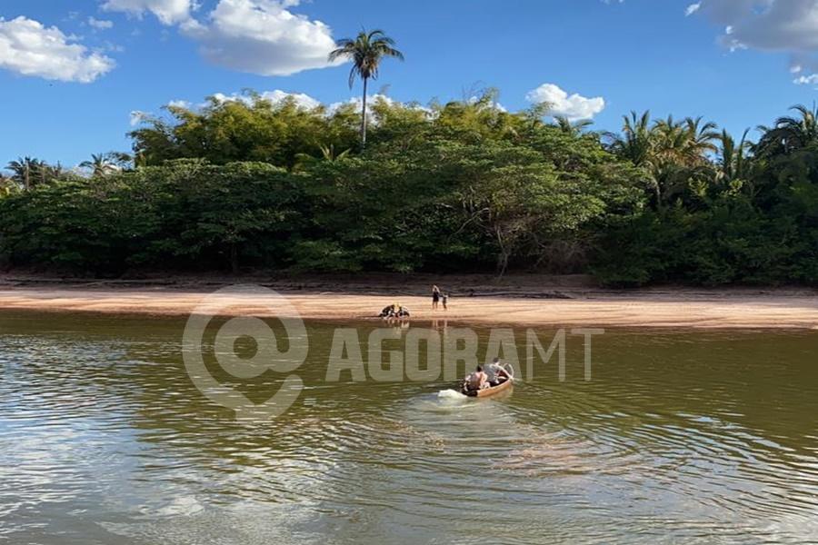 Imagem: Vitima na beira do Rio recebendo massagem cardiaca Técnico de enfermagem de 25 anos morre afogado