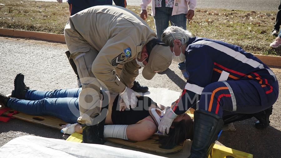 Imagem: Vitima sendo imobilizada pelo samu para atendimento Dois acidentes com vítimas são registrados em menos de meia hora