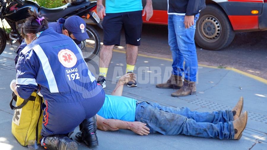 Imagem: Vitima sendo socorrida pelo samu na area central Dois acidentes com vítimas são registrados em menos de meia hora