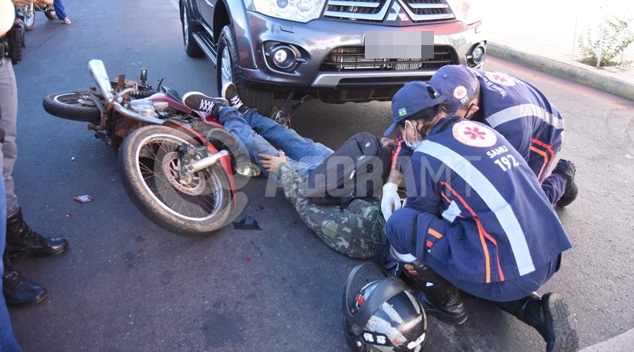 Imagem: acidente 1 Motociclista fica ferido depois de bater em traseira de carro parado em semáforo