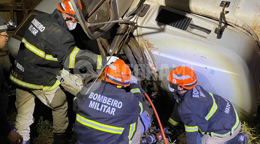 Imagem: acidente tangara22 Motorista que trabalhava em Rondonópolis morre após cabine de caminhão cair sobre ele