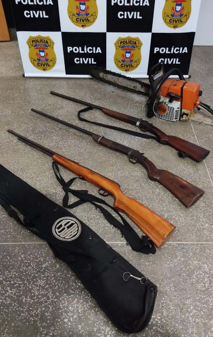 Imagem: armas Investigadores apreendem armas de fogo e objetos durante operação