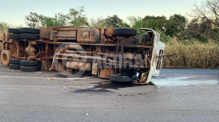 Imagem: carreta tombada Carreta e caminhão baú perdem o freio e tombam em Serra