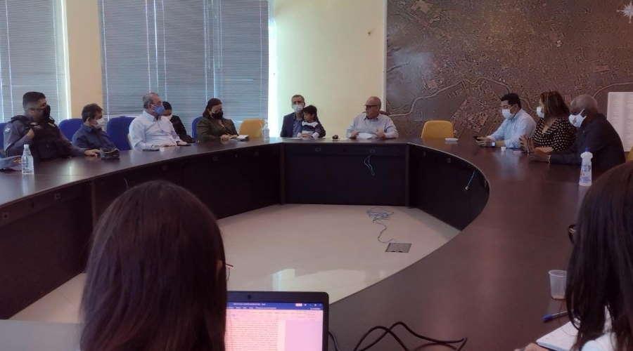 Imagem: comite crise Decreto confirma mudança em horários e define restrições