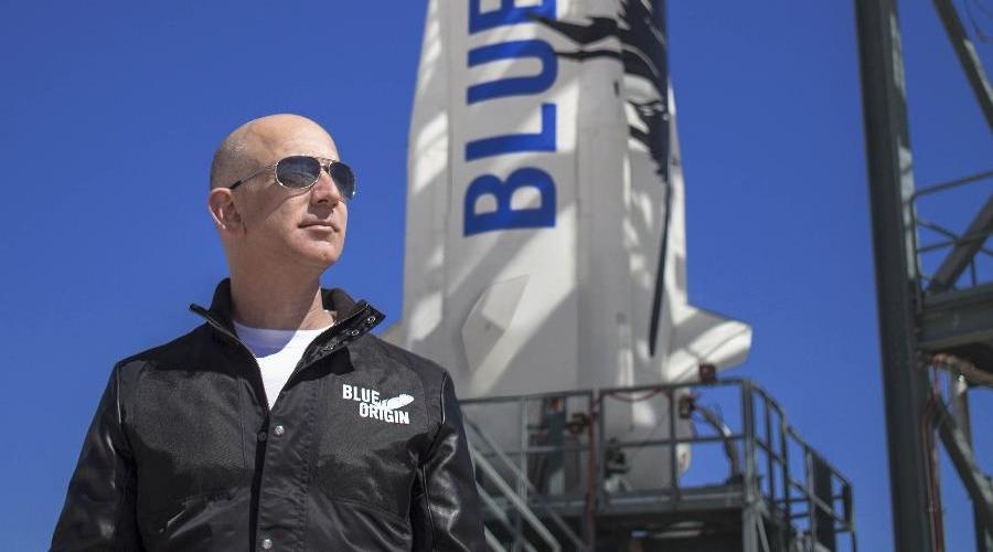 Imagem: jeff bezos e fundador da blue origin uma empresa espacial que concorre com a spacex do tambem bilionario elon musk Nave com homem mais rico do mundo conclui 1ª viagem espacial com sucesso