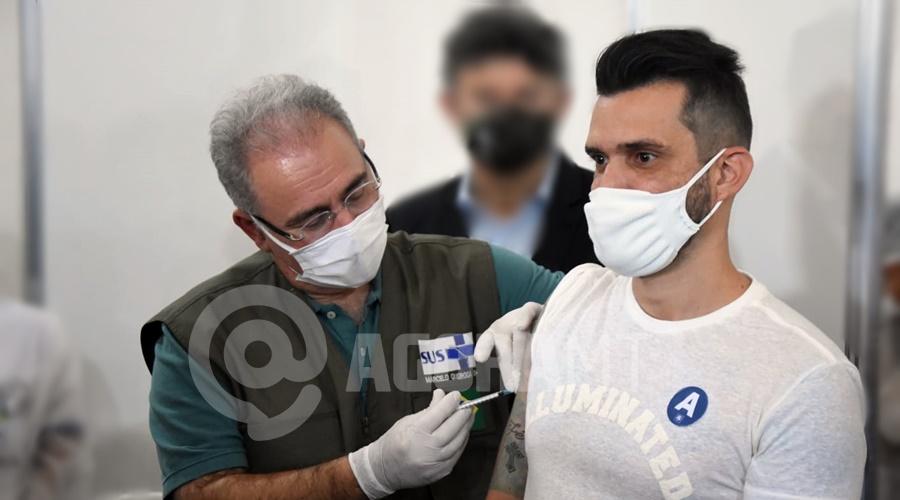 Imagem: ministro vacinando roo Entenda porque testes de novas vacinas devem ser feitos com pessoas já imunizadas