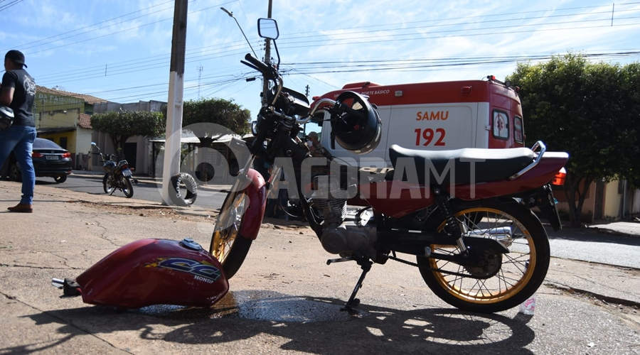 Imagem: moto 1 Motociclista fica ferida após colisão em cruzamento